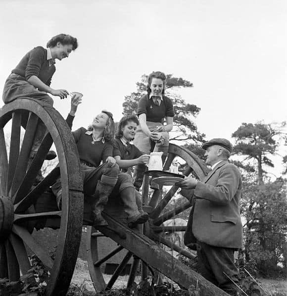 Land_Girls_enjoy_a_hot_cup_of_tea_after_a_hard_day_of_rat_catching_on_a_Sussex_farm_during_1942